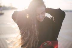 Молодая красивая женщина с длинными танцами вьющиеся волосы и наслаждаться солнечным светом стоковые фотографии rf