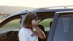 Молодая мать прикрепляет детей в автомобиле видеоматериал