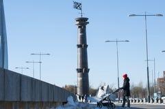 Молодая мать с прогулочной коляской идя вдоль города стоковое изображение rf