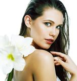 Молодая милая женщина с концом цветка Amarilis вверх изолированная на белизне стоковые изображения rf