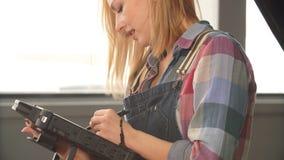 Молодая милая женщина работая с высококачественным, точным, надежным, диагностическим инструментом сток-видео