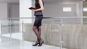 Молодая привлекательная женщина идя в офис, читая информацию в тетради акции видеоматериалы