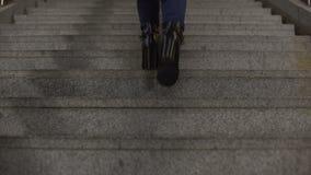 Молодая дама в модных ботинках высоко-пятки идя вверх, ноги здравоохранения сток-видео