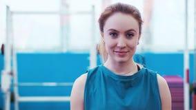 Молодая девушка спорт идет через залу спорта акции видеоматериалы