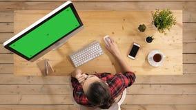 Молодая случайная женщина работая на компьютере Зеленый дисплей модель-макета экрана акции видеоматериалы