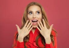Молодая счастливая возбужденная удивленная женщина с раскрытым ртом на красочной яркой розовой предпосылке модель способа взволно стоковая фотография rf