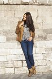Молодая счастливая женщина в коричневой кожаной куртке стоковые фотографии rf