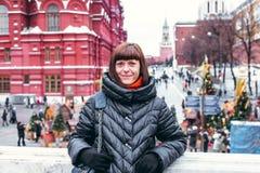 Молодая русская женщина на красной площади близко к Кремлю день kremlin moscow города напольный стоковая фотография rf