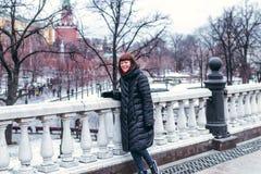 Молодая русская женщина на красной площади близко к Кремлю день kremlin moscow города напольный стоковое фото rf