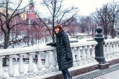 Молодая русская женщина на красной площади близко к Кремлю день kremlin moscow города напольный стоковое изображение rf
