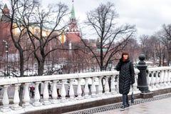Молодая русская женщина на красной площади близко к Кремлю день kremlin moscow города напольный стоковое изображение