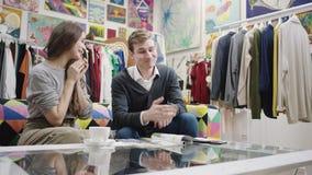 Молодые милые пары имея славную беседу таблицей сток-видео