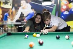 Молодые пары играя снукер совместно в баре стоковое фото rf