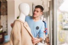 Молодое мужское платье на манекене в магазине одежды стоковая фотография rf