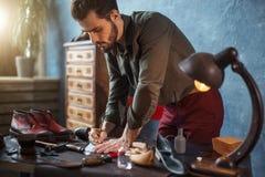 Молодое талантливое hoemaker используя его знание индустрии моды стоковое фото