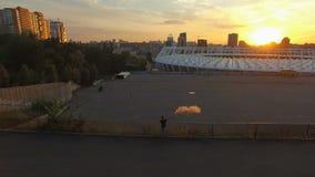 Молодой вентилятор с бомбой дыма около Olympic Stadium Арена футбола на антенне захода солнца сток-видео