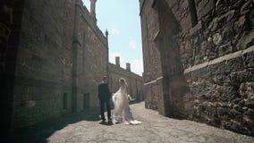 Молодой жених и невеста представляя в городе видеоматериал