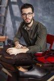 Молодой привлекательный человек сидя в приемной мастерской стоковые фотографии rf