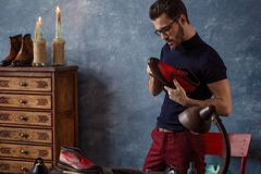 Молодой приятный мужчина раскрывал мастерская стоковая фотография
