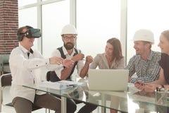 Молодой дизайнер использует стекла виртуальной реальности на встрече в офисе стоковое изображение