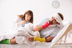 Молодой доктор рассматривая раненого пациента стоковые фото