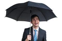 Молодой счастливый бизнесмен с черным зонтиком белизна изолированная предпосылкой стоковые изображения rf