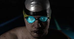 Молодой человек в плавая poo стоковые фотографии rf