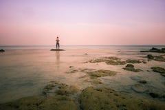 Молодой человек смотря океан Концепция избежание от давления исследования работы и различных вещей в жизни жить с природой, Koh Y стоковые фотографии rf