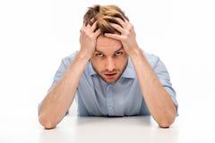 Молодой человек с головной болью стоковая фотография