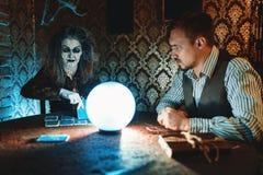 Молодой рассказчик пар и удачи, духовный seance стоковые фотографии rf