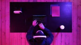 Молодой Pro Gamer играя в онлайн видеоигре теряет большой турнир и разочарован стоковая фотография