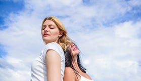 Молодо и свободно Взгляд красоты моделей skincare Сексуальные девушки на облачном небе Прелестные женщины с волосами белокурых и  стоковые фотографии rf