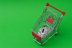 Монетки Lite в крошечной корзине снятой на ключе chroma стоковые изображения rf