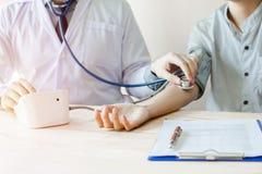 Мониторы с мониторами кровяного давления, онкологические больные кровяного давления больницы стоковые фото