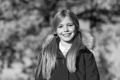 Мода падения Пальто носки девушки ребенк на сезон падения Пальто падения милого стиля причёсок стороны девушки усмехаясь модное с стоковая фотография
