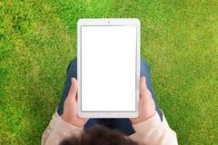 Модель-макет планшета с зеленой травой, лугом в предпосылке стоковая фотография