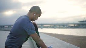 Модель человека привлекательного счастливого афроамериканца взрослая в тренировке движения, бежать и делая активная тренировка сп акции видеоматериалы