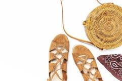 Модная handmade естественная органическая сумка ротанга, сандалии на белой предпосылке Дамы кладут женскую предпосылку в мешки мо стоковое изображение rf