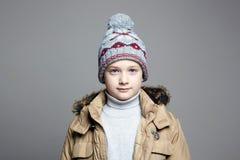Модный мальчик в outerwear зимы стоковое фото