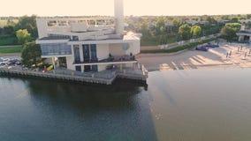 Модный ресторан на озере, ресторан на банках резервуара, красивый вид с воздуха ресторана сток-видео