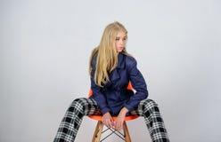 Модное пальто Одежды и аксессуар Смешивая типы Пальто носки фотомодели девушки на весенний сезон Пальто канавы стоковые изображения