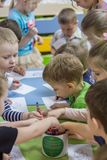 2019 01 22, Москва, Россия Дети рисуя вокруг таблицы в саде ребенк стоковая фотография rf