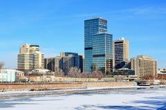 Москва, Россия - 14-ое февраля 2019: Городской пейзаж зимы Замороженные река Москвы и обваловка Krasnopresnenskaya стоковое фото rf