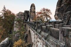 Мост бастиона взгляда со стороны обозревая ворота утеса и деревья и горную породу стоковые изображения