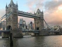 Мост башни Лондона поздно вечером стоковое изображение