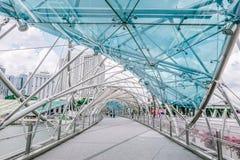 Мост винтовой линии, ранее известный как мост двойной спирали, пешеходный мост соединяя центр Марины стоковые фотографии rf