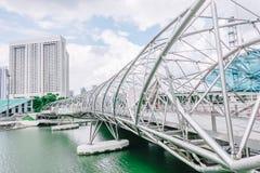 Мост винтовой линии, ранее известный как мост двойной спирали, пешеходный мост соединяя центр Марины с югом Марины стоковые изображения