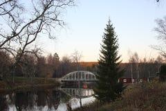 Мост и красный дом стоковые изображения