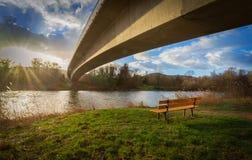 Мост над рекой a на заходе солнца стоковое изображение