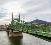 Мост свободы водя к холму Gellert в Будапеште, Венгрии стоковые изображения